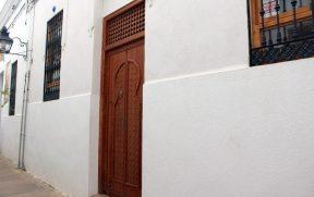 Algumas casas possuem portas em estilo mourisco