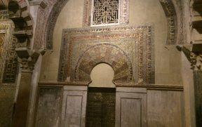 Os detalhes sobre a porta de um dos nichos
