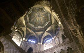 A linda cúpula com detalhes mouriscos