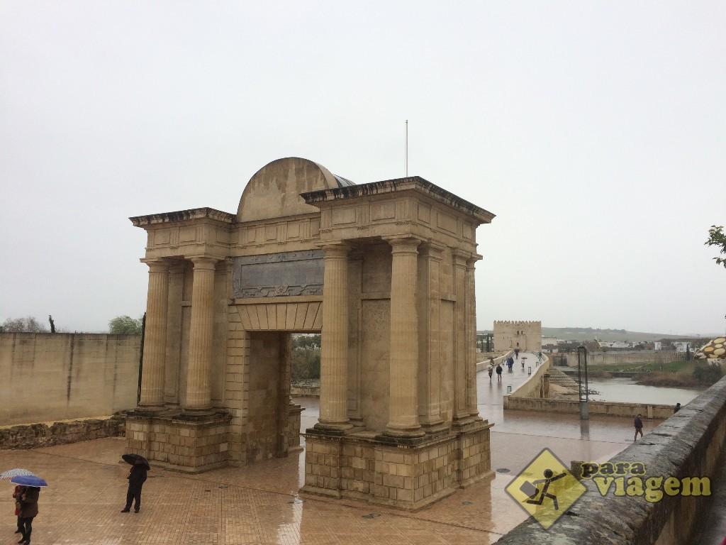 Arco do Triunfo e a Torre de La Calahora ao fundo