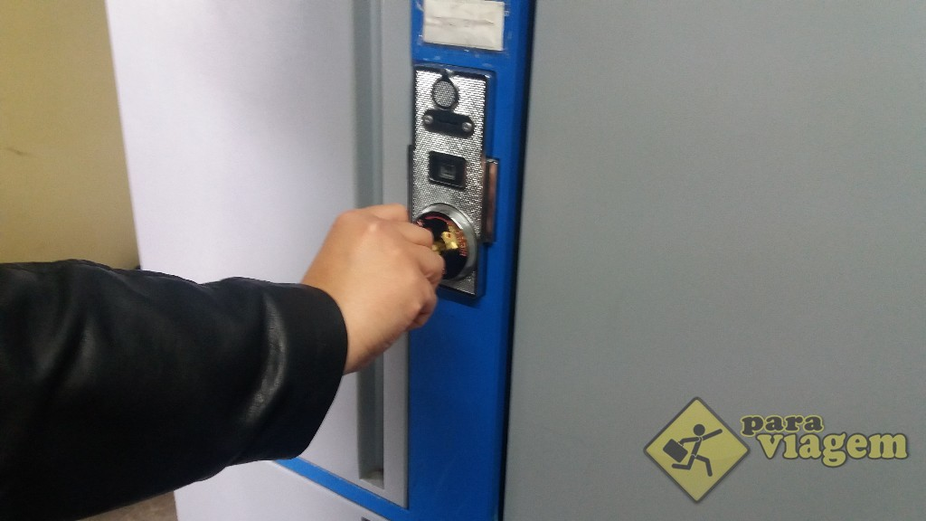 Para abrir, é só colocar a chave e destrancar o armário