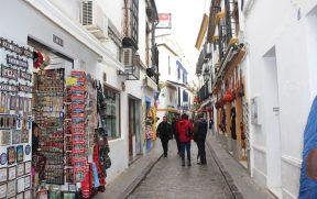 Uma das estreitas e agradáveis ruas de Córdoba