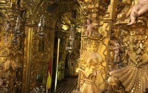 Detalhes dourados e barrocos de dentro do altar