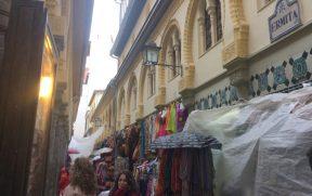 Lojas de artesanato (protegidas da chuva)