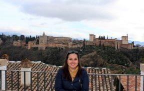 Já no pátio Mezquita Mayor, vc consegue espaço pra sair sozinho(a) com Alhambra ao fundo