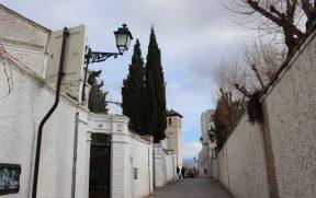 Albaicín: ruas estreitas com muros altos e brancos
