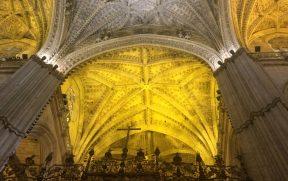 Teto com detalhes góticos da Catedral de Sevilha