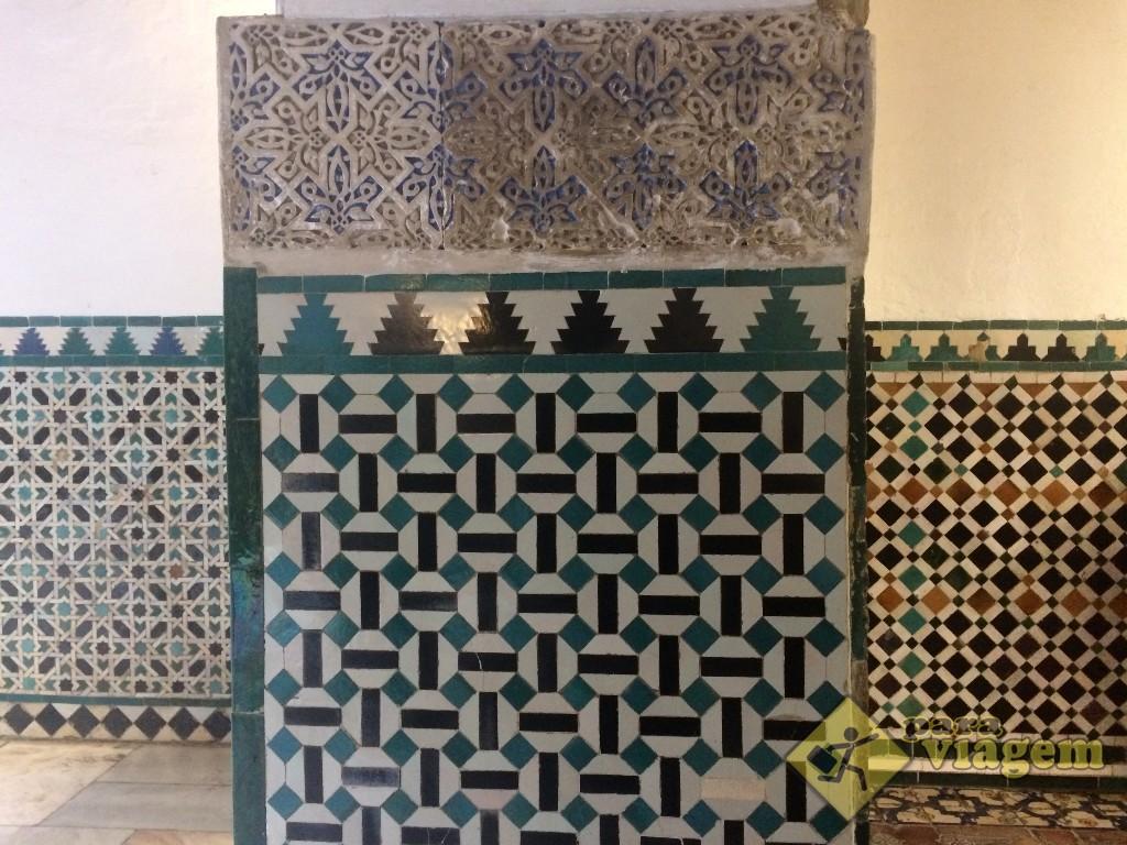 Há azulejos de vários desenhos em salas contiguas