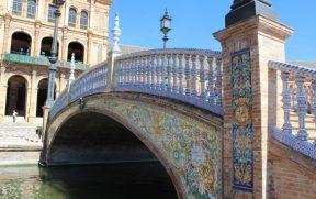 Ponte decorada sobre o canal da Pl. España