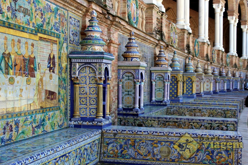 Bancos de azulejos multicoloridos