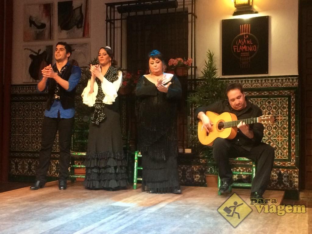 """São 4 artistas nesse palco: o casal de bailarinos, a cantora e o violeiro (que eles chamam de """"guitarrista"""")"""