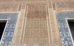 Padrões geométricos nos entalhes e nos azulejos