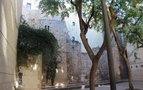 Resquícios da muralha de Barcino