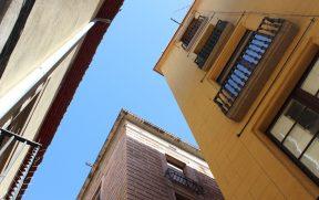 Olhando pra cima, vemos como as ruas são estreitas