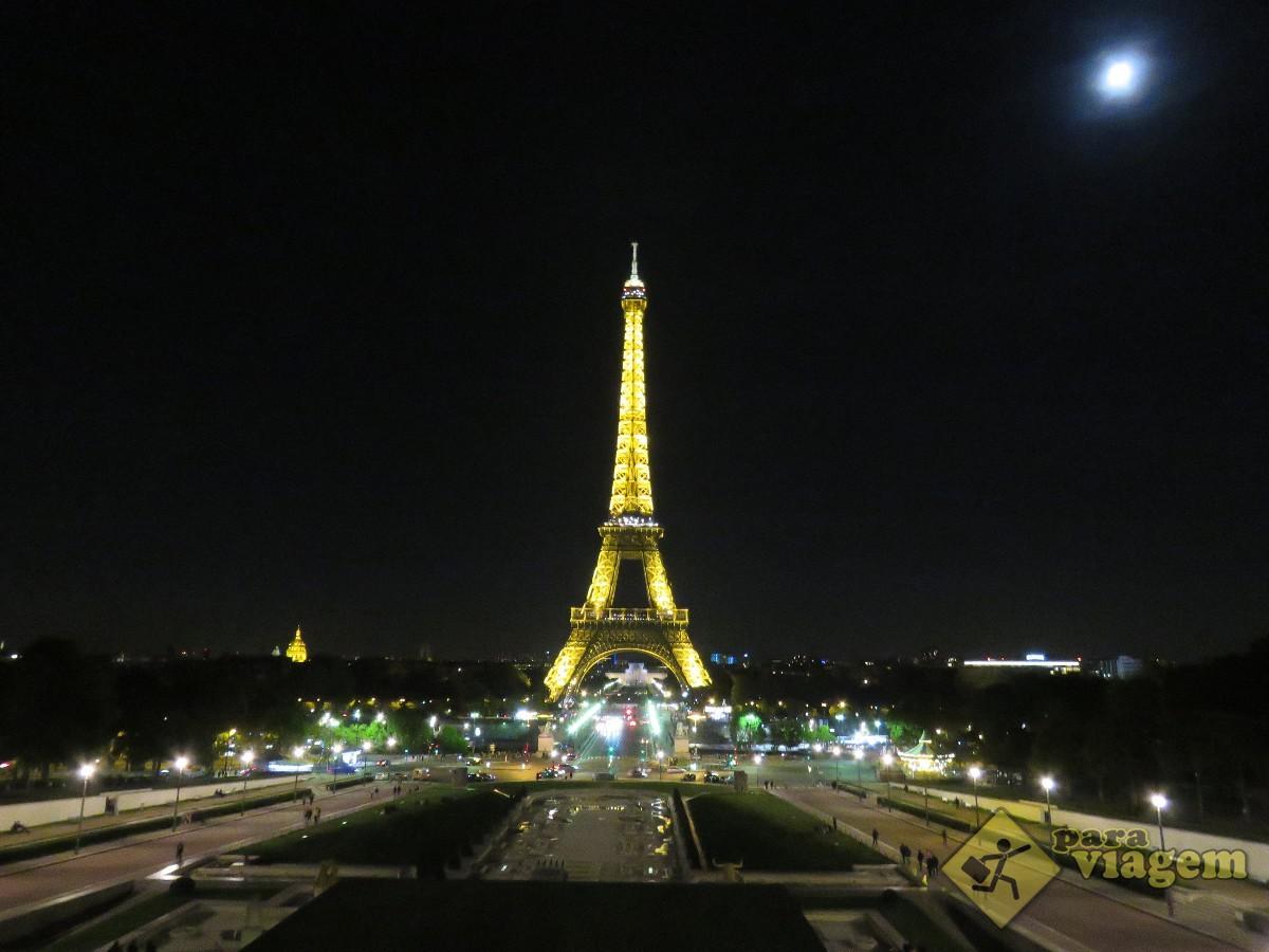 Vista da Torre Eiffel a noite no Trocadero