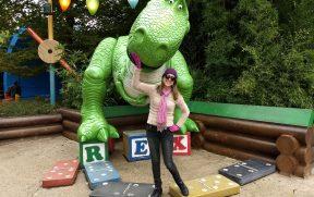 Posando com o Dino do Toy Story