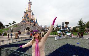 Posando em Frente ao Castelo da Disney de Paris