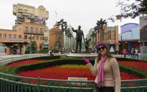 Posando na Entrada do Walt Disney Studios