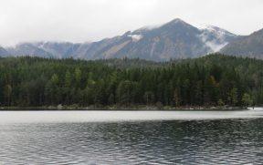 Lago Eibsee com Montanhas ao Fundo
