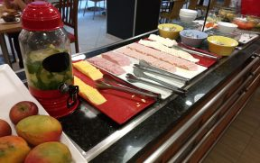 Variedade de queijos e presunto