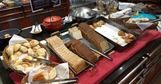 Variedade de pães e bolos