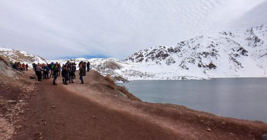 Muitos turistas em Cajón del Maipo no inverno