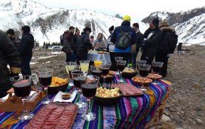 Queijos e vinhos com vista para a cordilheira