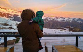 Pai e Filho encarando o frio na Cordilheira dos Andes