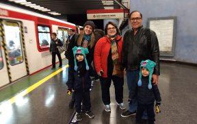 Família no metrô de Santiago