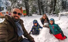 Família no Chile brincando na neve no vulcão Villarrica