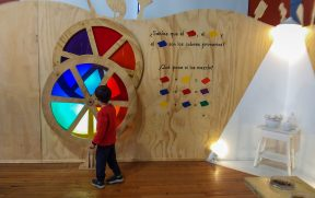 Criança conhecendo o Museu Artequin