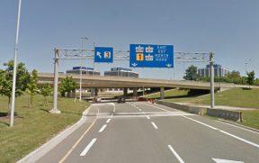 Há placas indicando o caminho a ser seguido