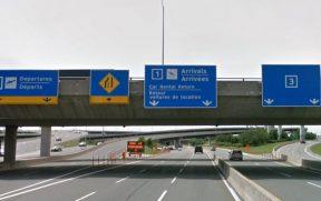Há placas indicando o local da devolução do carro alugado