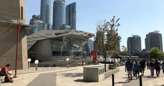 A praça aos pés da CN Tower