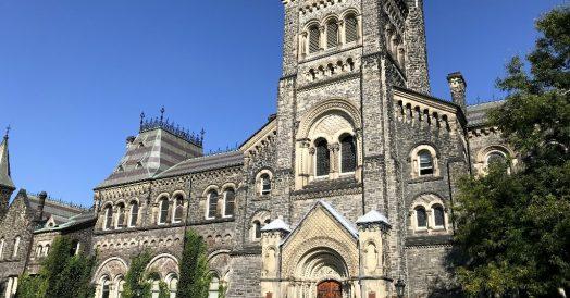 Um dos belos prédios da Universidade de Toronto
