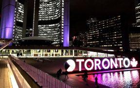 O 3D Toronto Sign iluminado à noite