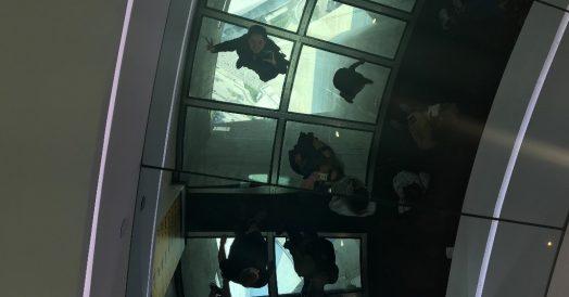 O teto de espelho ajuda fazer uma selfie com o abismo