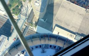 Vendo os corajosos no EdgeWalk a partir do SkyPod
