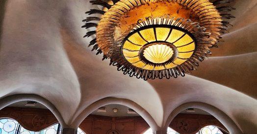Casa Batló: detalhe do teto e lustre