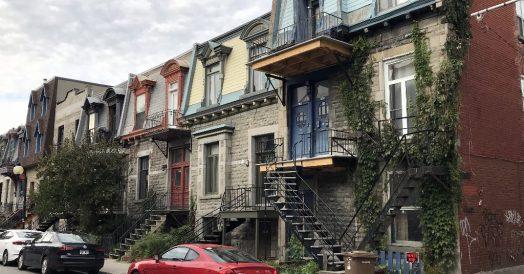 Casas de época e escadas de ferro na entrada