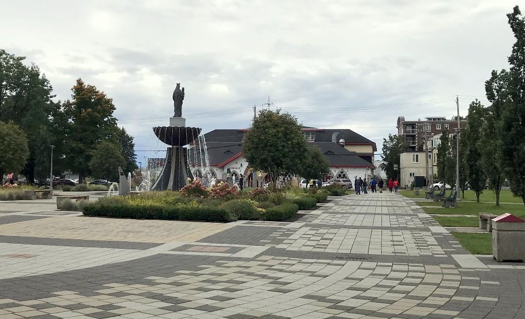 Praça em frente a Basílica