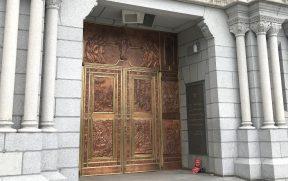 Uma das portas de cobre