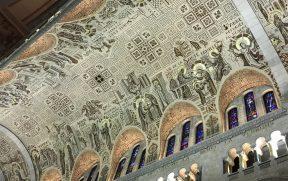 O belo teto com mosaicos em ouro velho e dourado