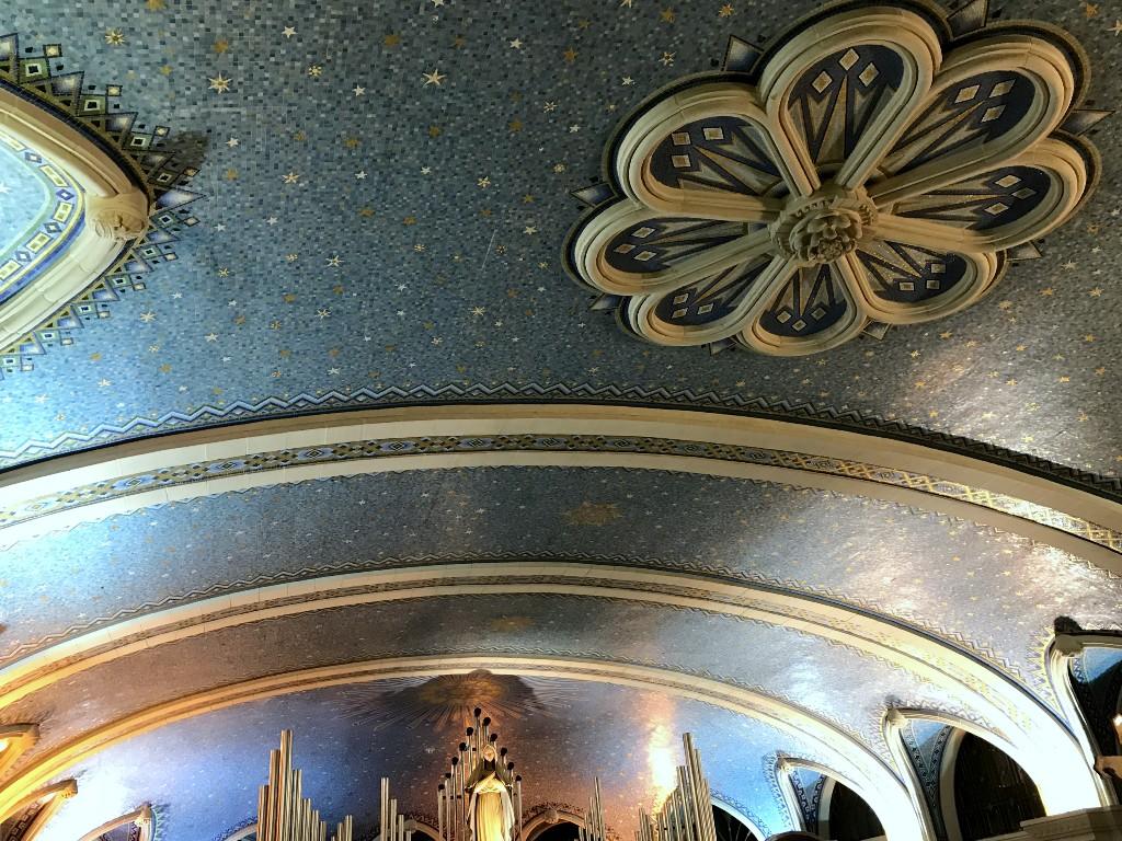 O mosaico do teto simula um céu estrelado