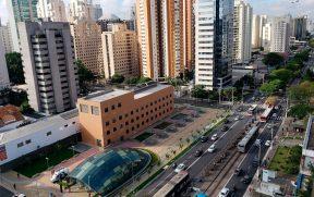 Metrô Moema na Avenida Ibirapuera
