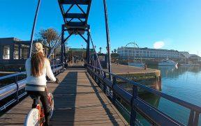Cruzando a ponte de bicicleta no V&A