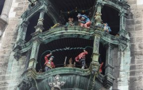 Carrilhões na Marienplatz em Munique