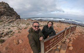Casal na placa do Cabo da Boa Esperança