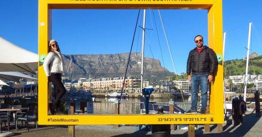 Casal na placa com a Table Mountain ao fundo