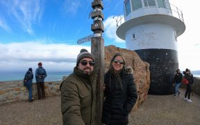 Casal no antigo farol de Cape Point